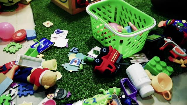 stockvideo's en b-roll-footage met vader en zoon helpen houden van het speelgoed in het vak. - speelgoed