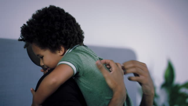 stockvideo's en b-roll-footage met father and son hugging - genderblend