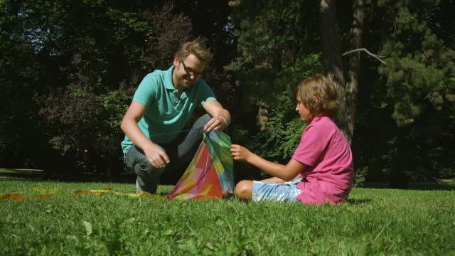 padre e figlio nel parco - riparare video stock e b–roll
