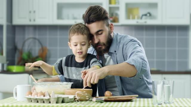 Padre e hijo en la cocina