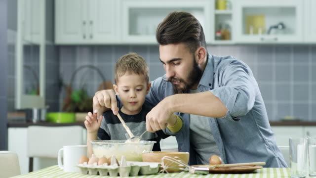 vídeos de stock e filmes b-roll de pai e filho na cozinha - família monoparental