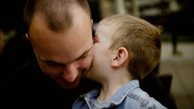 vídeos de stock e filmes b-roll de father and son kissing each other - papa