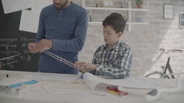 vidéos et rushes de père et fils, faire une peinture bleue - modèle réduit