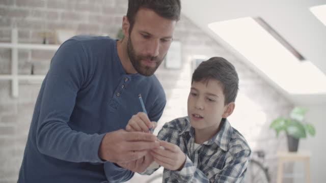 Père et fils, faire une peinture bleue