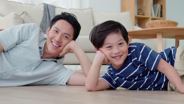 stockvideo's en b-roll-footage met father and son on floor,4k - genderblend