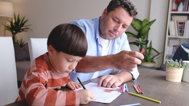 vidéos et rushes de père et fils peignant ensemble - son