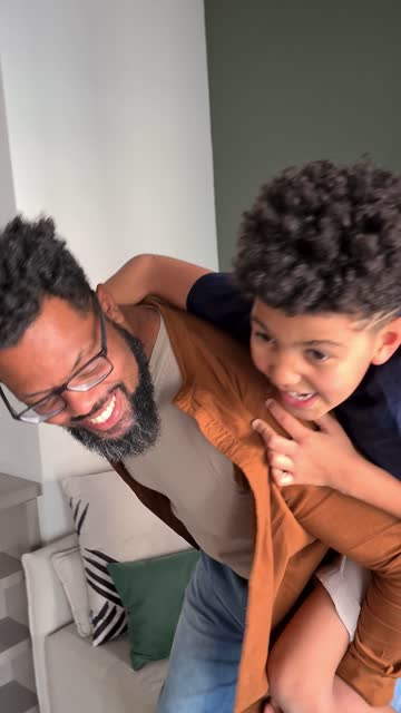 vídeos y material grabado en eventos de stock de padre e hijo jugando y filmándolo en casa - tomado en un dispositivo móvil - son