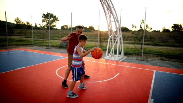 far och son spelar basket - basketboll boll bildbanksvideor och videomaterial från bakom kulisserna