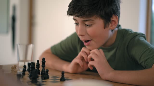 father and son playing chess - 余暇 ゲームナイト点の映像素材/bロール