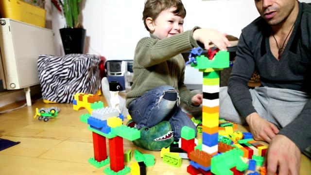 vater und sohn spielen lego - single father stock-videos und b-roll-filmmaterial