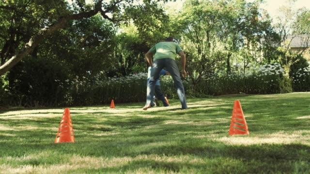 vídeos y material grabado en eventos de stock de ws la father and son (8-9) playing soccer in yard / seattle, washington, usa - marcar términos deportivos