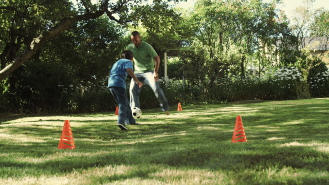 vidéos et rushes de ws la father and son (8-9) playing soccer in yard / seattle, washington, usa - trentenaire