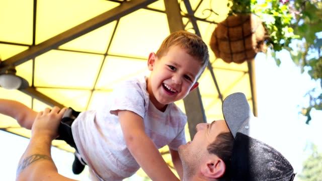 vidéos et rushes de père et fils jouent ensemble et s'amuser - son