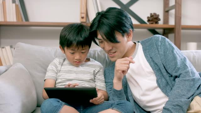 父と息子のと遊ぶデジタルタブレットと