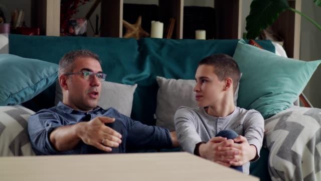 vídeos de stock, filmes e b-roll de pai e filho que relaxam em casa - conselho