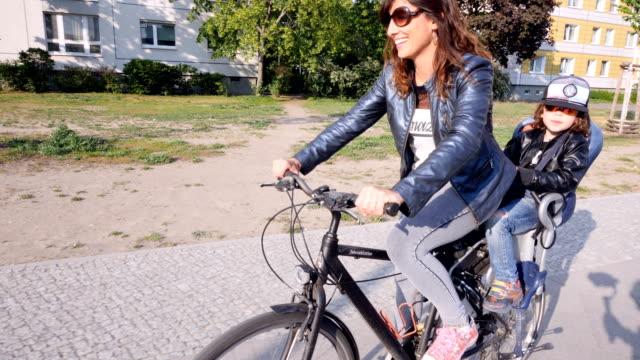 vater und sohn mit dem fahrrad in der berliner innenstadt - sonnenbrille stock-videos und b-roll-filmmaterial