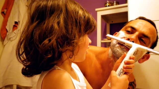 vater und sohn rasieren im badezimmer - single father stock-videos und b-roll-filmmaterial