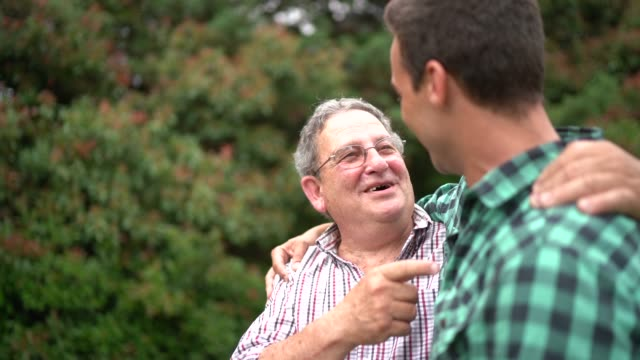 vidéos et rushes de chant de père et de fils - chanter