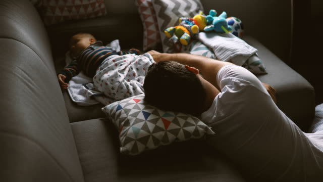 vídeos de stock e filmes b-roll de father and son sleeping on the sofa - aconchegante