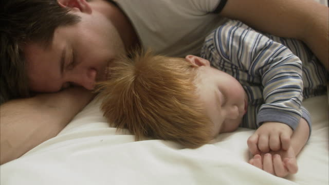 vídeos de stock e filmes b-roll de father and son sleeping sweden. - 18 a 23 meses