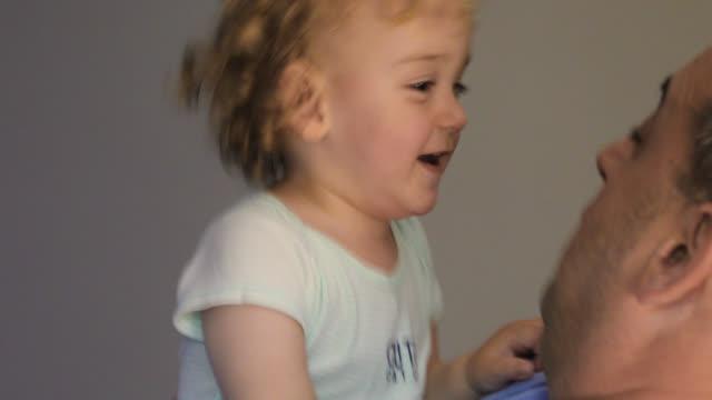 vídeos y material grabado en eventos de stock de padre e hijo gastando tiempo de calidad, jugando y sonriendo - genderblend