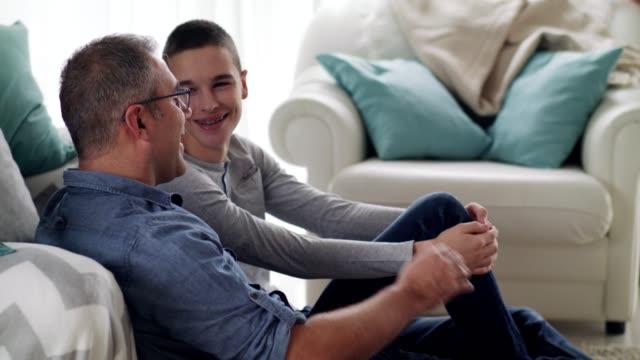 vídeos de stock e filmes b-roll de father and son spending time together at home - 14 15 anos