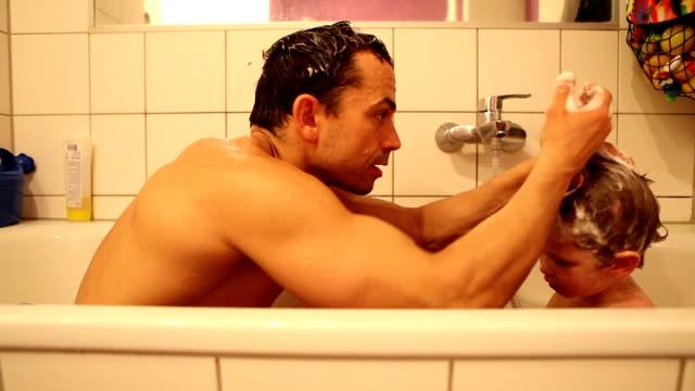 vater und sohn beim baden - single father stock-videos und b-roll-filmmaterial