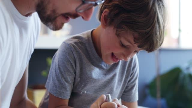 stockvideo's en b-roll-footage met vader en zoon tijd is leuk tijd - klein