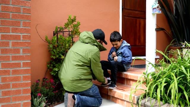 vídeos de stock, filmes e b-roll de pai e filho, amarrar sapatos de ligação - laço acessório