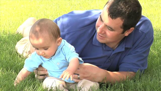 vídeos de stock e filmes b-roll de pai e filho - vida de bebé