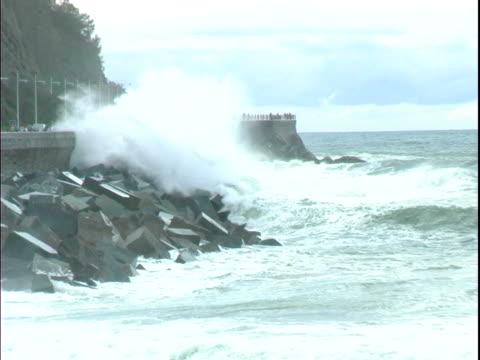 Vater und Sohn Schauen Sie Wellen in San Sebastian