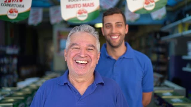 vídeos de stock, filmes e b-roll de pai e filho que trabalham junto em uma loja da pintura - handsome people