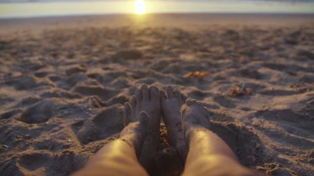 vidéos et rushes de père et de fils pieds dans le sable - en cas
