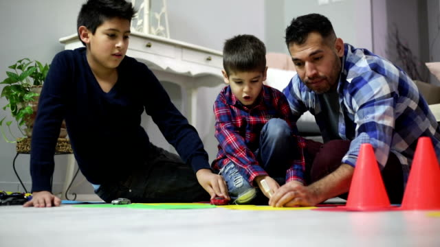 vídeos de stock, filmes e b-roll de pai e filhos brincam juntos - adulto maduro