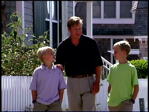 father and sons walking - gemeinsam gehen stock-videos und b-roll-filmmaterial
