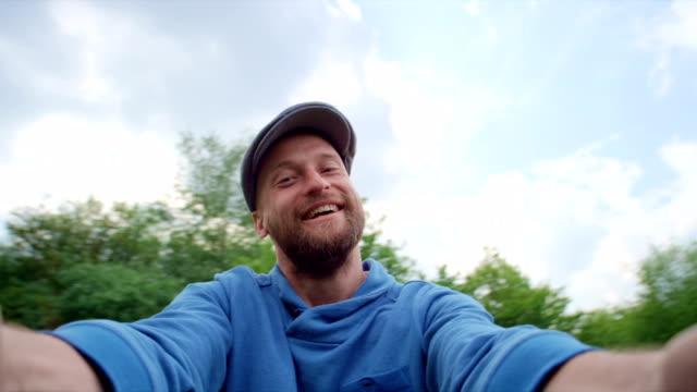 vidéos et rushes de père et soleil dans le parc - casquette