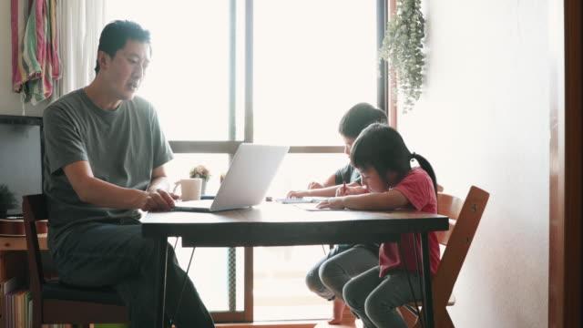 自宅でオンラインビジネスミーティングに出席する父 - 集中点の映像素材/bロール