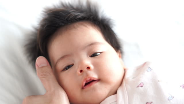 stockvideo's en b-roll-footage met vader care zijn baby meisjes - genderblend