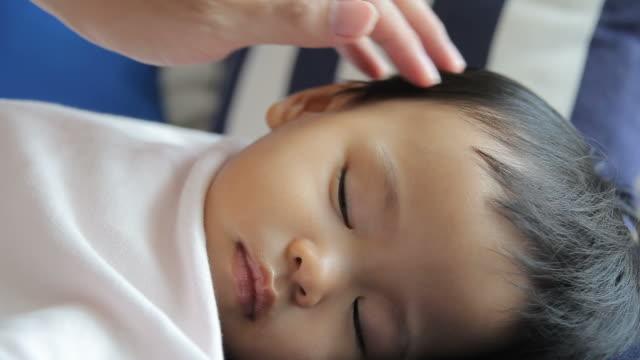 hd: vater sein baby pflege - genderblend stock-videos und b-roll-filmmaterial
