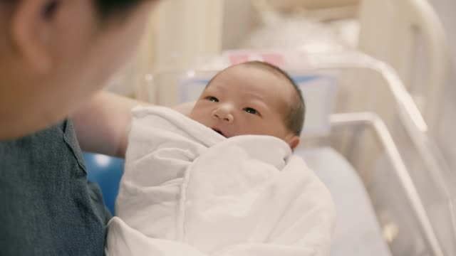vídeos y material grabado en eventos de stock de padre reconfortante hijo bebé en la guardería - recién nacido 0 1 mes
