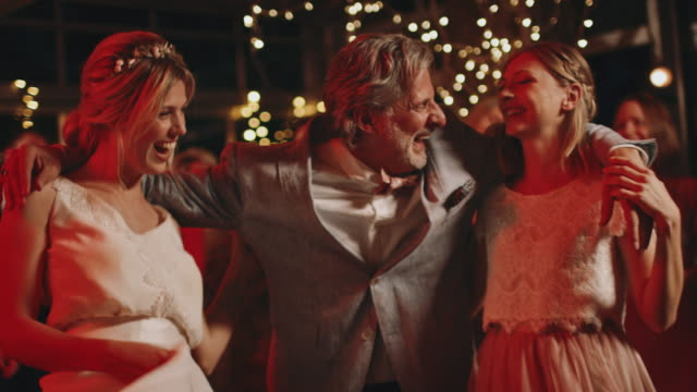 vídeos de stock, filmes e b-roll de dança do pai com noiva e dama de honra no partido - acontecimentos da vida
