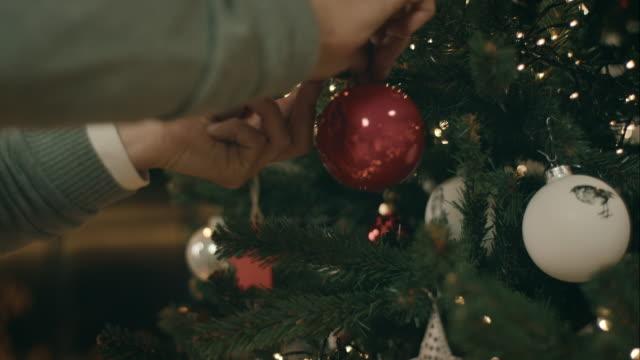 Vater dekorieren Weihnachtsbaum