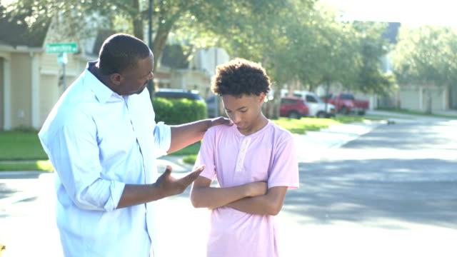 vater diszipliniert teenager-sohn, gibt ratschläge - bestrafung stock-videos und b-roll-filmmaterial
