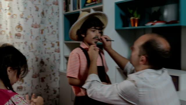 父は彼の息子の化粧口ひげ - ヒルビリー点の映像素材/bロール