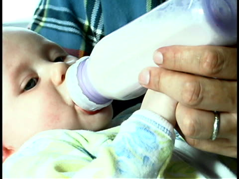 father feeding baby - genderblend video stock e b–roll