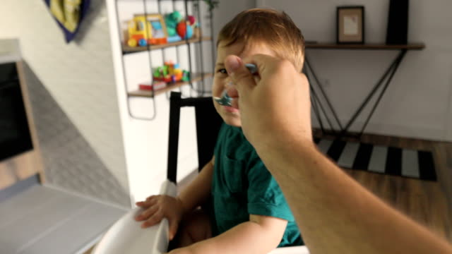vater ernährt sohn - subjektive kamera blickwinkel aufnahme stock-videos und b-roll-filmmaterial