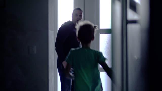 vídeos de stock, filmes e b-roll de o pai finalmente chegou em casa - 40 44 anos