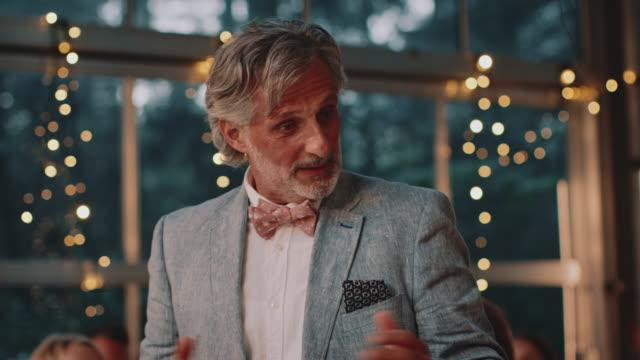 vídeos de stock e filmes b-roll de father giving speech to ecstatic couple in wedding - discurso
