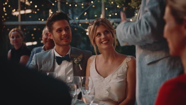 vídeos de stock e filmes b-roll de father giving speech to married couple at reception - discurso