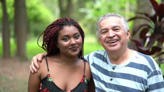 vídeos y material grabado en eventos de stock de padre / abuelo con hija - adopción / concepto de la amistad - father day